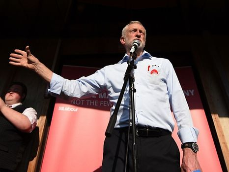 Britain's main opposition Labour Party leader Jeremy Corbyn (R) gestures towards the party's former deputy Prime Minister, John Prescott (L), as he speaks during a general election campaign event in Goole, northern England on May 22, 2017. Britain goes to the polls on June 8 to elect a new parliament in a general election. / AFP PHOTO / Oli SCARFF