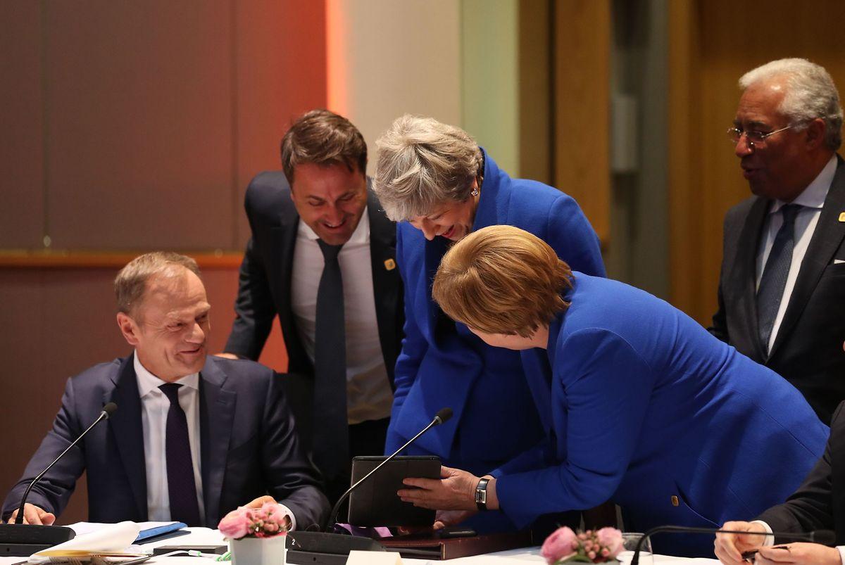 Merkel am Tablet: Vor Beginn des Gipfels war die Stimmung noch locker.