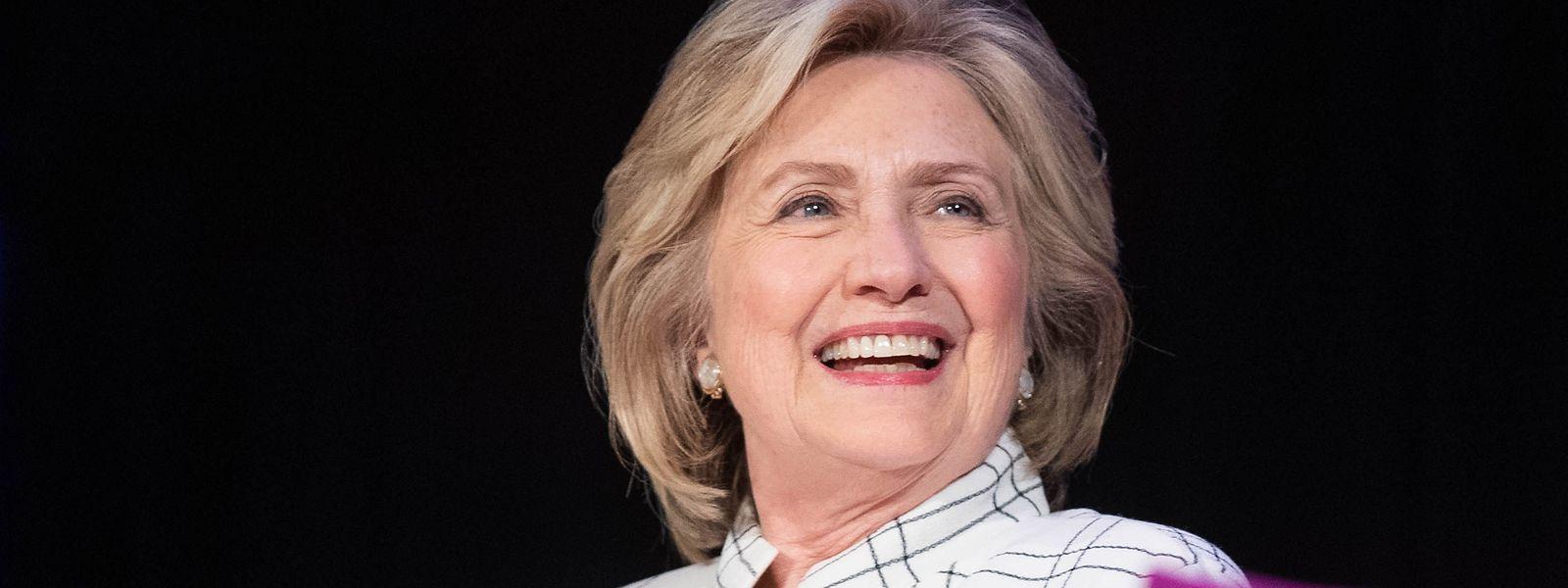 """""""Jeder, der in diesem Land wählt, hat ein Recht darauf, diesen Bericht vor eurer Wahl zu sehen"""", so Clinton der britischen BBC gegenüber."""