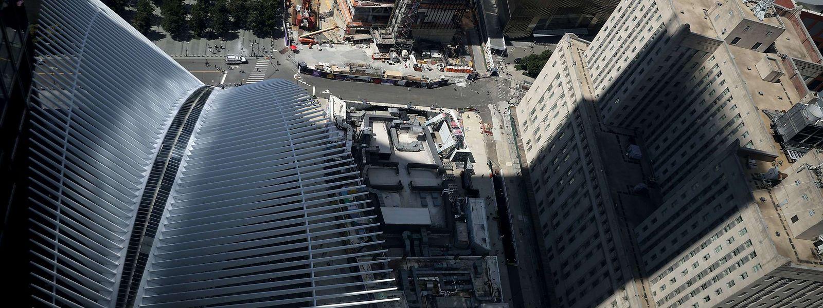 """Das 16 Hektar große Gelände des """"Ground Zero"""" ist heute eine Gedenkstätte für die 2.606 Zivilisten, Feuerwehrleute und Polizeibeamten, die in den Türmen und in der Umgebung ums Leben kamen, sowie für die 147 Zivilisten, die sich an Bord der Flugzeuge befanden."""