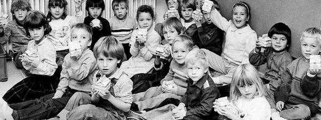 Früher wie heute ein idealer Pausensnack: Die Schulkinder sollen wieder auf den Geschmack der ungezuckerten Milch gebracht werden.