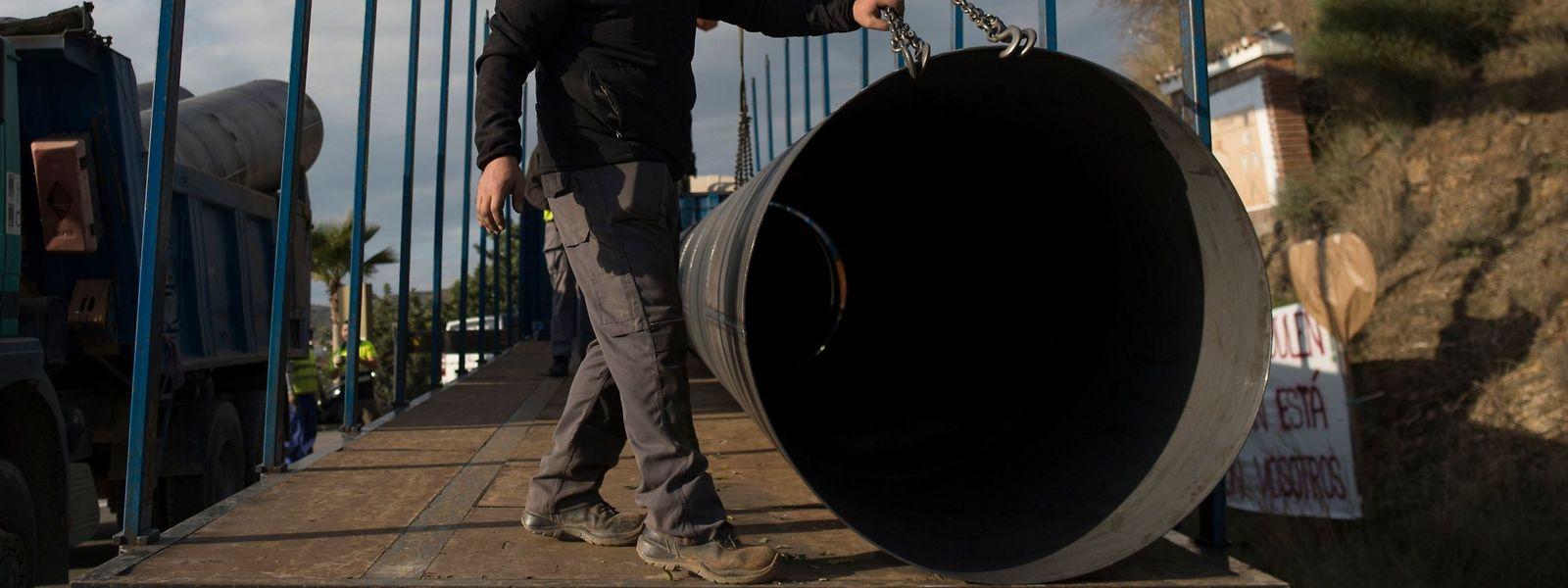 Stahlrohre sollen das Bohrloch stabilisieren.