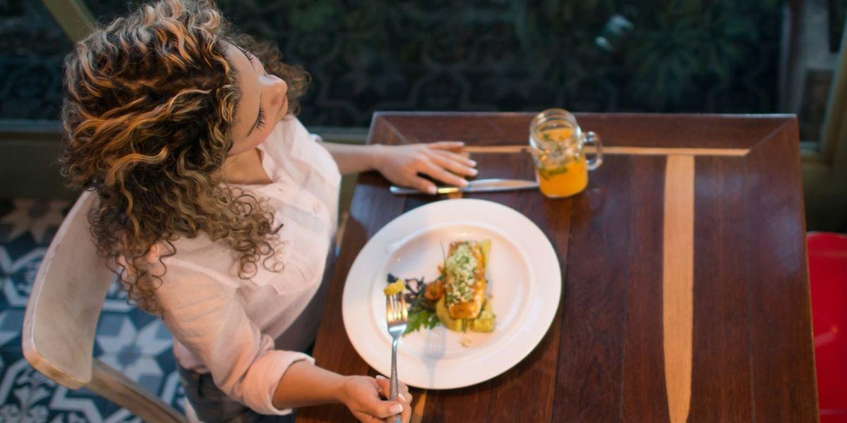 De plus en plus de gens sortent seuls au restaurant, en Europe. 50% pour le petit-déjeuner, 30% pour le déjeuner et 15% pour le dîner.
