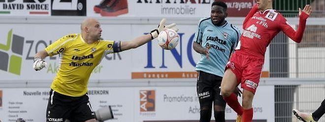 Le gardien dudelangeois Jonathan Joubert (en jaune) a signé 12 clean-sheets depuis le début de saison, tandis que l'attaquant differdangeois Omar Er Rafik (en rouge) a scoré à quinze reprises