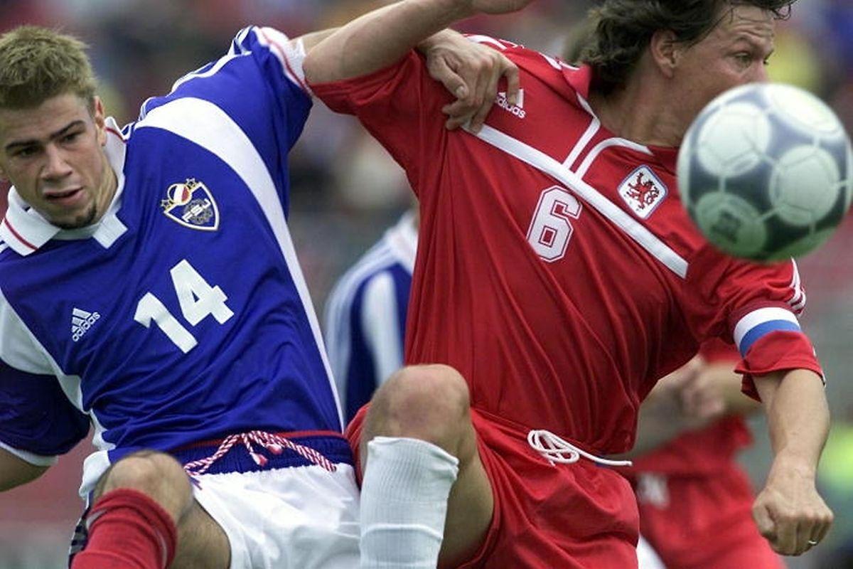 Le Luxembourg et l'ex-Yougoslavie se sont affrontées à onze reprises (ici un duel entre Jeff Saibene et Mateja Kezman)