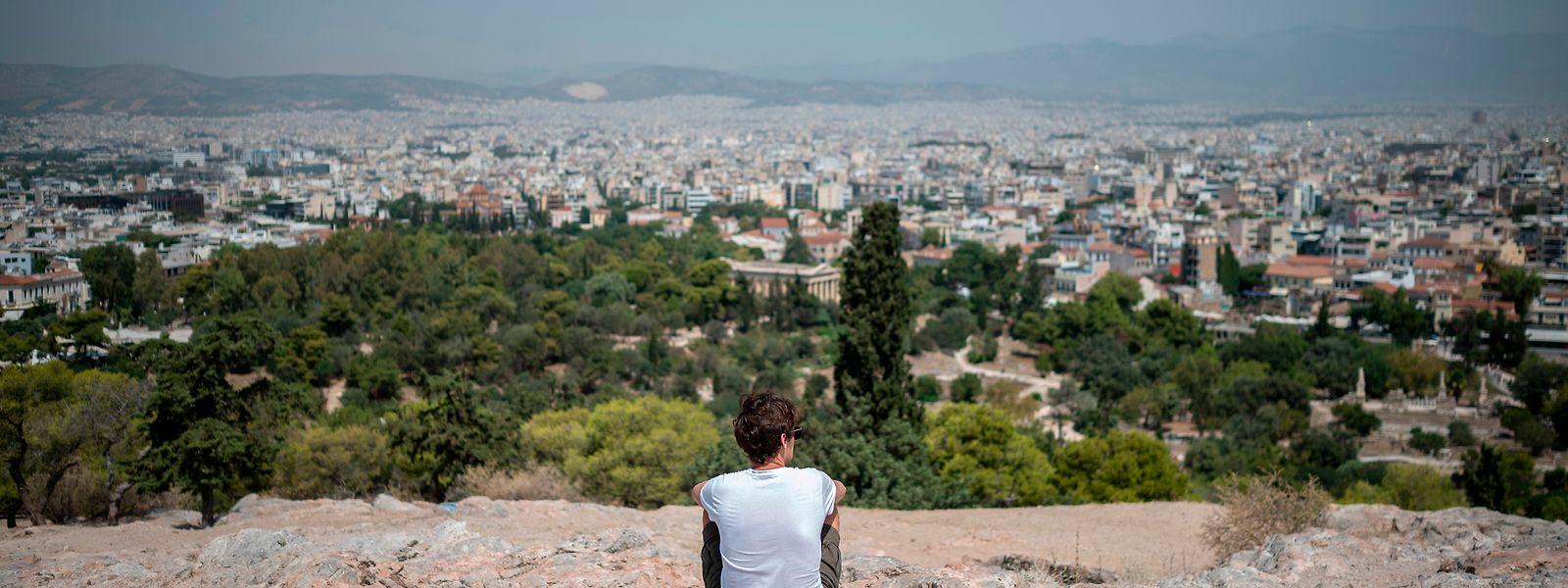 Athen: Ein Tourist schaut bei Temperaturen über 40 Grad auf dem Hügel Areios Pagos auf die Stadt.