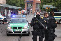 25.06.2021, Bayern, Würzburg: Polizisten stehen in der Innenstadt. Bei einer Messerattacke in der Würzburger Innenstadt sind am Freitag mehrere Menschen getötet worden. Foto: Karl-Josef Hildenbrand/dpa +++ dpa-Bildfunk +++
