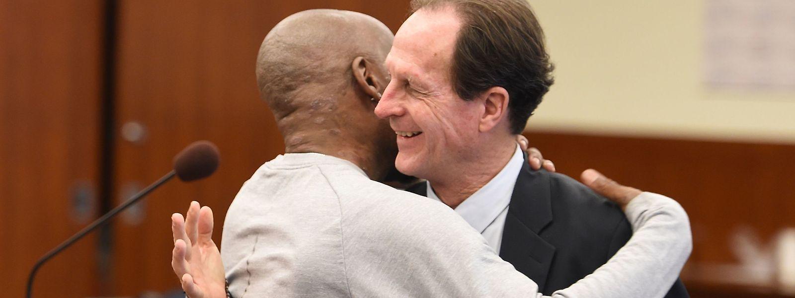 Tombé dans les bras de ses avocats à l'annonce du verdict, partagé entre larmes et sourire, cet Américain de 46 ans réclamait plus de 400 millions de dollars, estimant que les produits de Monsanto avaient entraîné son cancer et que la multinationale avait sciemment caché leur dangerosité.