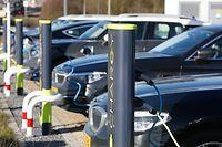 """Wer nicht unbedingt ein neues Auto braucht, übt derzeit """"Kaufzurückhaltung"""" - die anderen trauen sich und probieren ein Auto mit Elektromotor."""