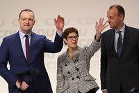 ARCHIV - 07.12.2018, Hamburg: Die neue CDU-Vorsitzende Annegret Kramp-Karrenbauer steht zusammen mit ihren Mitbewerbern Jens Spahn (l) und Friedrich Merz nach ihrer Wahl auf dem CDU-Bundesparteitag auf der Bühne. Die CDU-Parteivorsitzende Annegret Kramp-Karrenbauer verzichtet auf eine Kanzlerkandidatur und wird auch den Parteivorsitz abgeben. Foto: Christian Charisius/dpa +++ dpa-Bildfunk +++