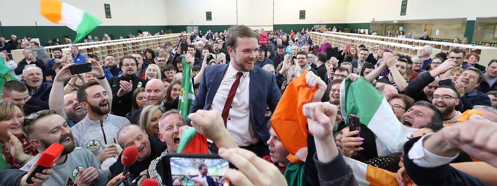 Donnchadh O Laoghaire (M), Abgeordneter der linksgerichteten Partei Sinn Fein, freut sich während der Auszählung der Stimmen der Parlamentswahl.