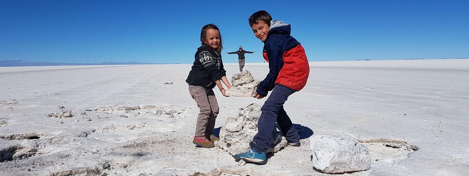 Spiel und Spaß auf mehr als 3500 Metern Höhe: Kali, Liam und ihr Vater in der bolivianischen Uyuni-Salzwüste.