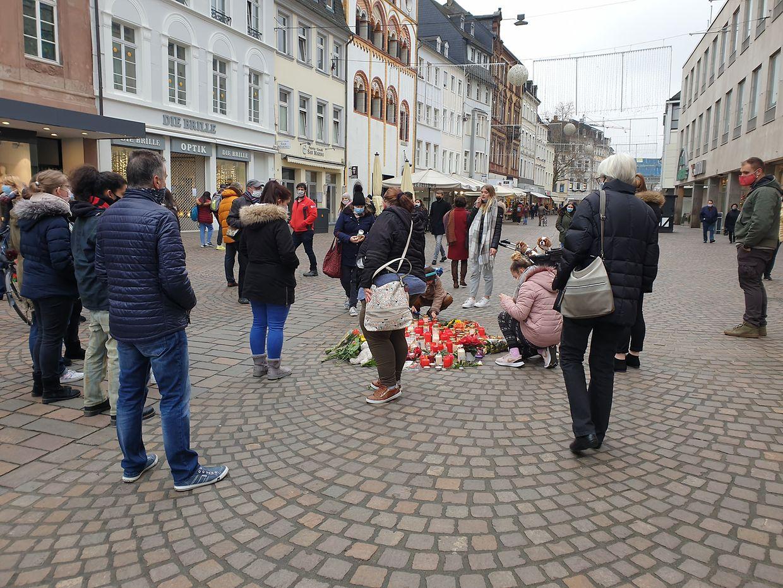 Kerzen, Blumen und Kuscheltiere erinnern in der Trierer Fußgängerzone an die Opfer der Amokfahrt.