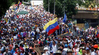 Milhares de venezuelanos estão na rua exigindo mudanças no país