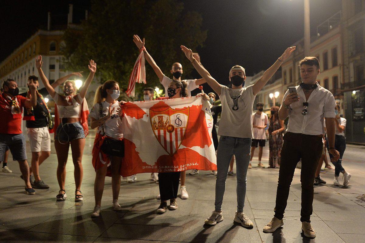 Privés de finale in situ, les supporters sévillans ont laissé éclater leur joie dans la capitale andalouse