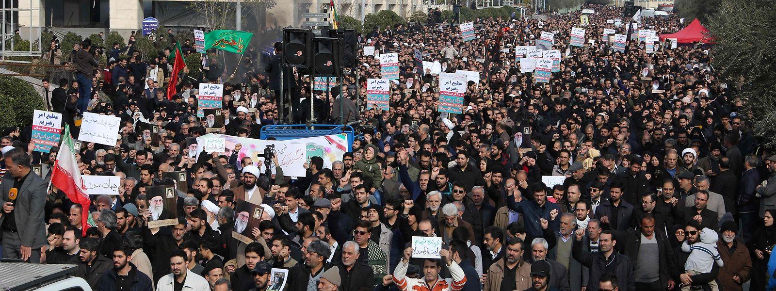 Tausende protestierten am Freitag in Teheran gegen die USA.