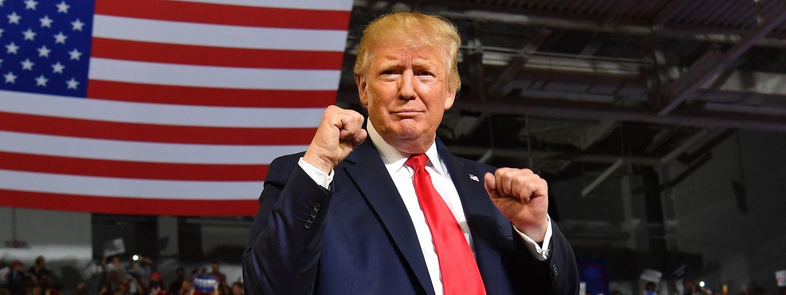 US-Präsident Donald Trump hält bei einem Wahlkampfauftritt in Greenville, North Carolina, die Fäuste hoch.