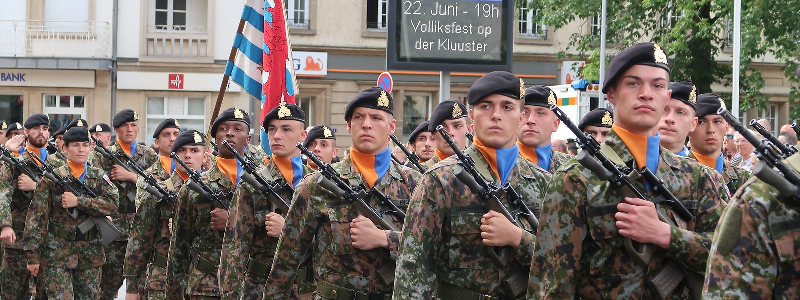 Die Soldaten defilieren in der Rue de Stavelot an der Ehrentribüne vorbei.