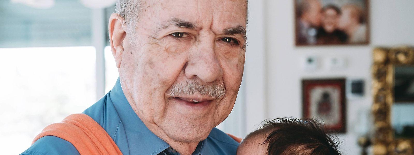Vor allem im Säuglingsalter sind es häufig die Omas, die mehr Betreuung übernehmen. Wer als Opa eine wichtige Rolle spielen möchte, sollte sich aber von Anfang an beteiligen.