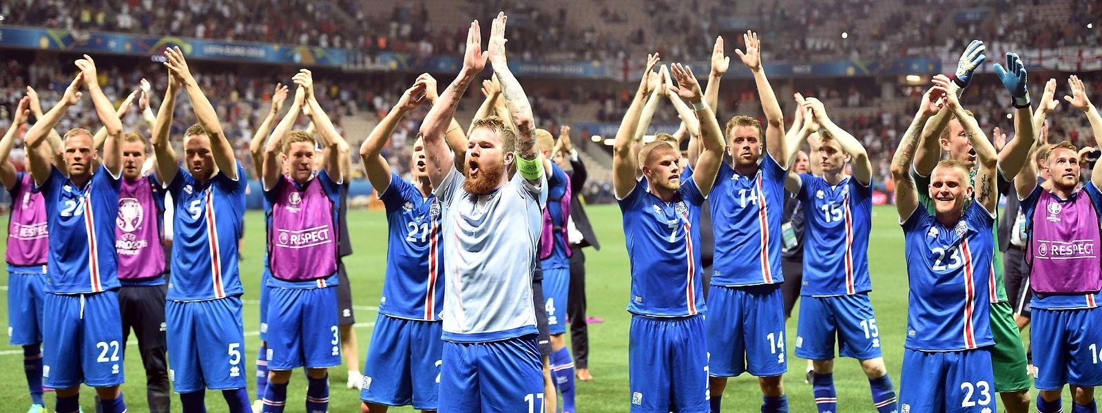 Islands Team bejubelte den sensationellen Sieg mit den Fans.
