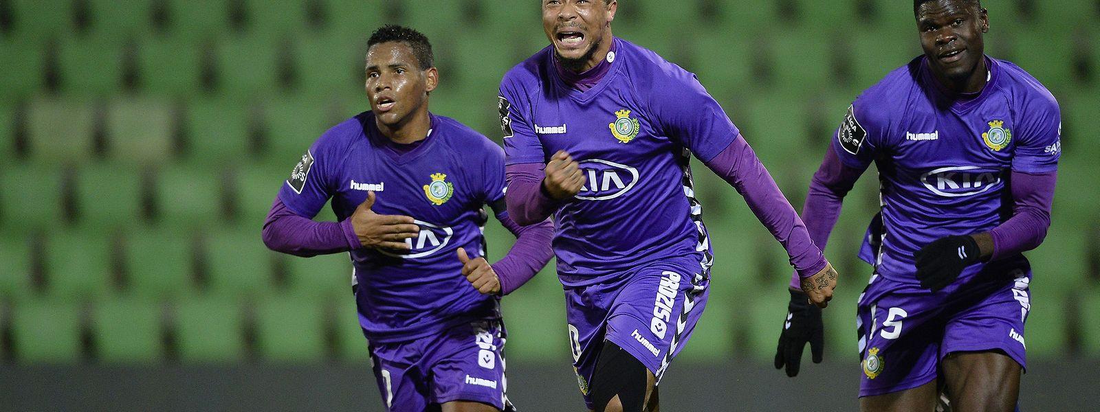 Hildeberto Pereira, ao centro, do Vitória de Setúbal celebra o golo que valeu um ponto em Vila do Conde.