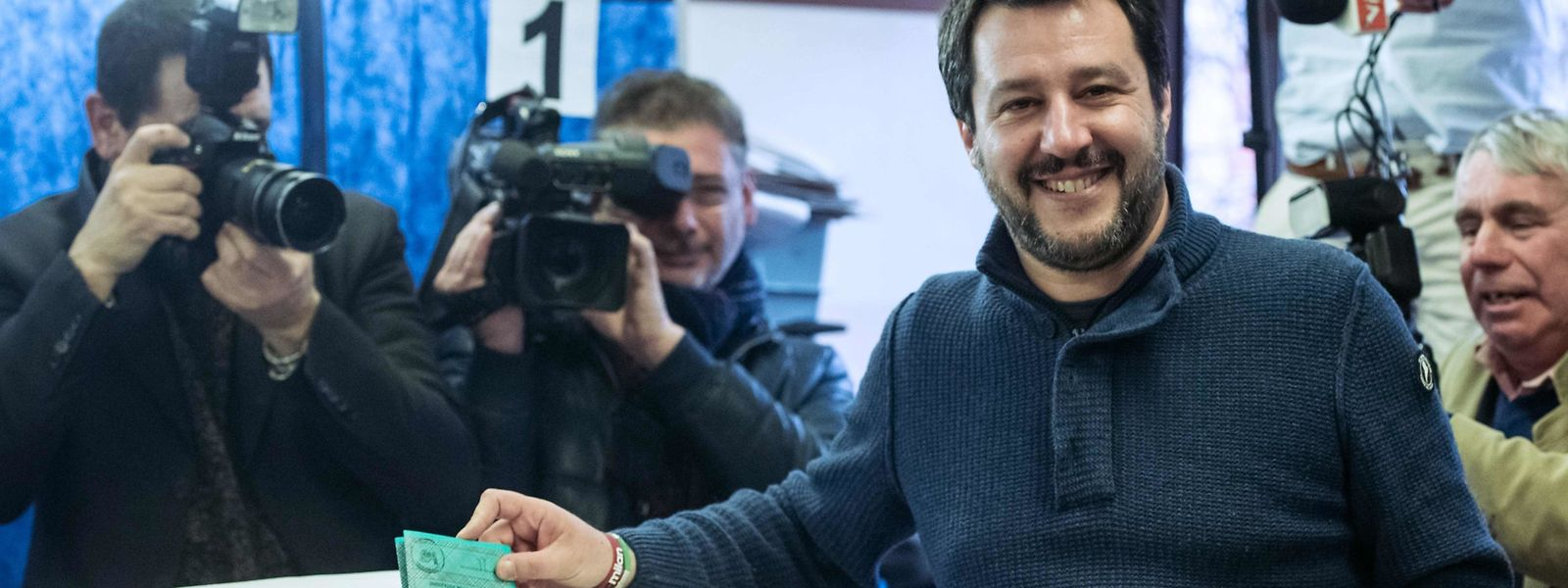 Lega Nord far right party leader Matteo Salvini votes for general elections on March 4, 2018 at a polling station in Milan.  Italians vote today in one of the country's most uncertain elections, with far-right and populist parties expected to make major gains and Silvio Berlusconi set to play a leading role. / AFP PHOTO / Piero CRUCIATTI