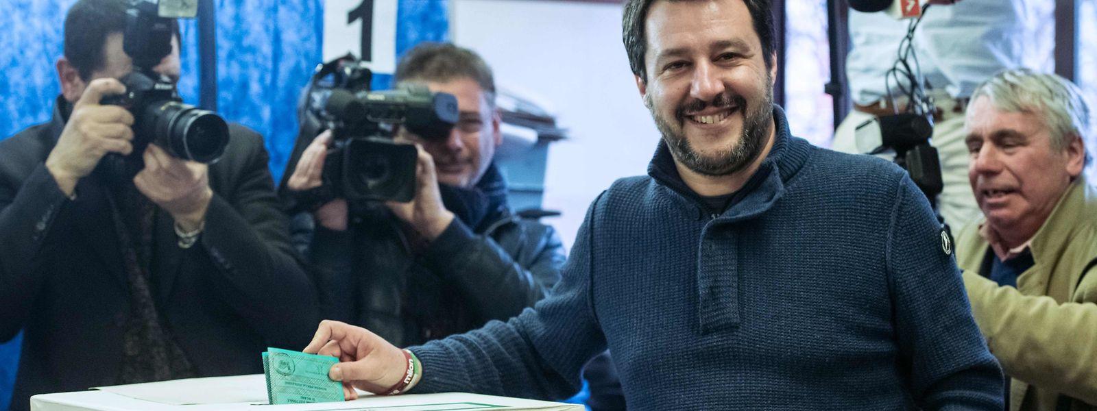 Matteo Salvini, leader de La Ligue (Lega Nord) glisse son bulletin dans l'urne lors des élections du 4 mars dernier.