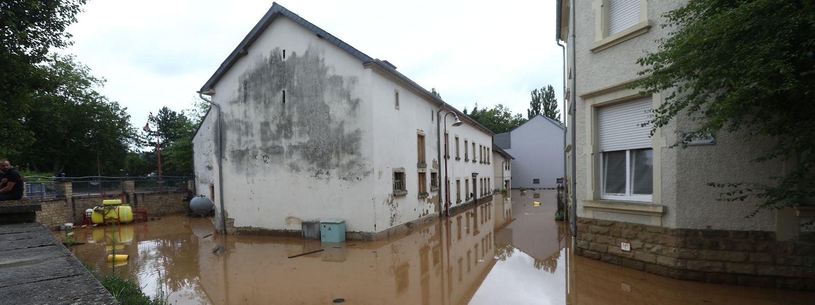 Überschwemmte Gassen in Rosport. Viele Bewohner mussten ihre Häuser verlassen, um vor den Wassermassen zu flüchten.