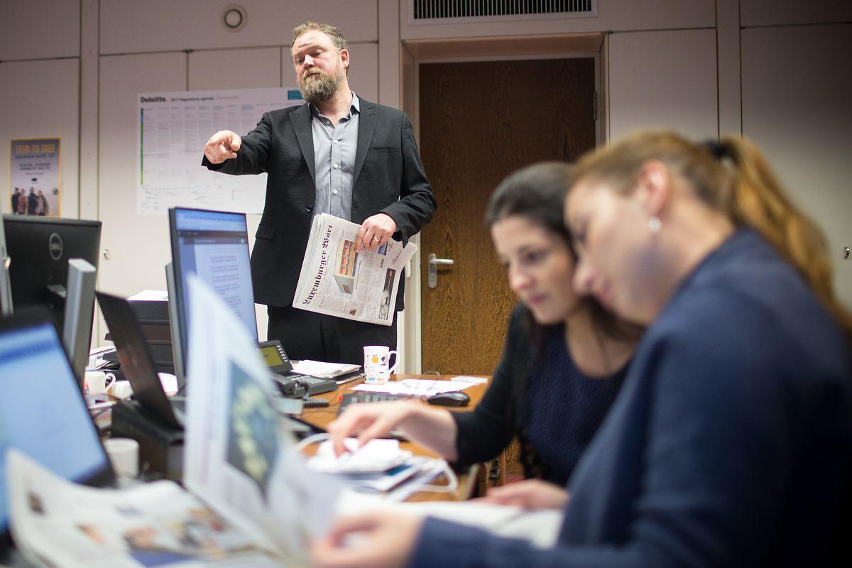 Chefredakteur Jim Robinson und zwei Mitarbeiterinnen.