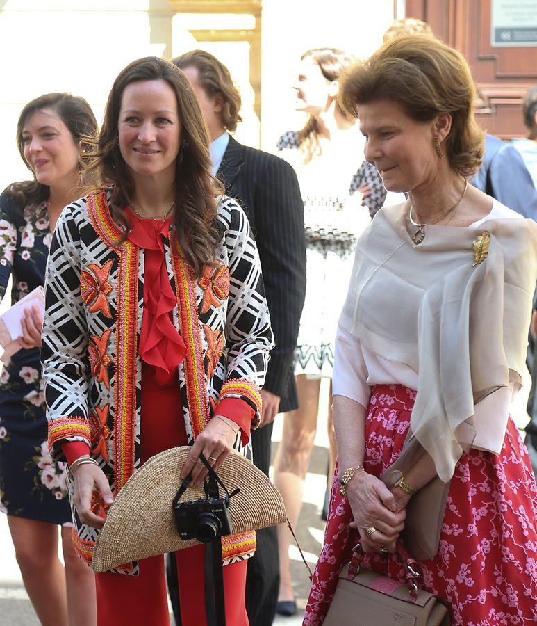 Rechts Prinzessin Margaretha von Liechtenstein, die Tante der Braut und Zwillingsschwester von Prinz Jean.