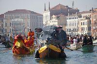 """dpatopbilder - 17.02.2019, Italien, Venedig: Bei der Regatta zur Eröffnung des Karnevals von Venedig schwimmen geschmückte Boote auf dem Grand Canal, darunter die """"Pantegana"""", die große Ratte. Der Karneval wird mit der """"Regatta des Pantegana"""" offiziell eröffnet und dauert 10 Tage an. Foto: Anteo Marinoni/LaPresse via ZUMA Press/dpa +++ dpa-Bildfunk +++"""