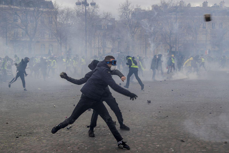 Confrontos e incêndios na manifestação dos coletes amarelos já causaram pelo menos 11 feridos.