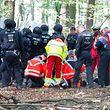 19.09.2018, Nordrhein-Westfalen, Kerpen: Notärzte versorgen einen Mann, der von einem Baumhaus im Hambacher Forst gefallen ist. Der Mann ist während der Räumungsarbeiten von einem Baumhaus gefallen. Foto: Christophe Gateau/dpa +++ dpa-Bildfunk +++
