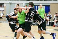 FLH Handball Spielzeit 2020-2021 Meisterschaft der AXA League der Männer zwischen dem HB Esch und dem HB Käerjeng am 20.10.2020 Eric SCHROEDER (24 HBK) zwischen Sacha PULLI (10 HBE) und Julien KOHN (19 HBE) und Miha PUCNIK (34 HBE)