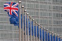 ARCHIV - 29.01.2016, Belgien, Brüssel: Eine Flagge Großbritanniens weht vor dem Gebäuder der Europäischen Kommission. (zu dpa: «Politik und Wirtschaft wollen Klarheit für Zeit nach Brexit») Foto: Laurent Dubrule/EPA/dpa +++ dpa-Bildfunk +++