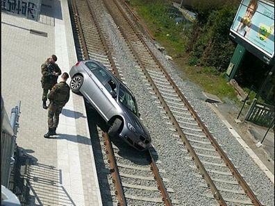 L'automobiliste s'est vraissemblablement laissé guider aveuglément par son GPS. Il y a encore quelques mois, un passage à niveau passait effectivement là.