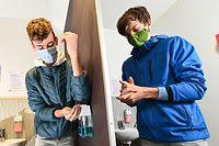 ARCHIV - 30.04.2020, Baden-Württemberg, Baienfurt: Schüler testen eine neue Hygieneschleuse am Eingang der Achtalschule. Nachdem sie die Hände gewaschen haben, desinfizieren sie diese noch. (zu dpa: «Regierung, Schüler, Eltern und Lehrer sprechen über Schulöffnungen») Foto: Felix Kästle/dpa - ACHTUNG: Nur zur redaktionellen Verwendung im Zusammenhang mit der aktuellen Berichterstattung und nur mit vollständiger Nennung des vorstehenden Credits +++ dpa-Bildfunk +++