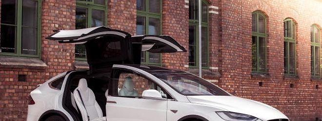 Durch die in der Mitte verbauten Batterien verfügt der Tesla Model X über eine ausgezeichnete Stabilität und bleibt in schnell gefahrenen Kurven sicher in der Spur.