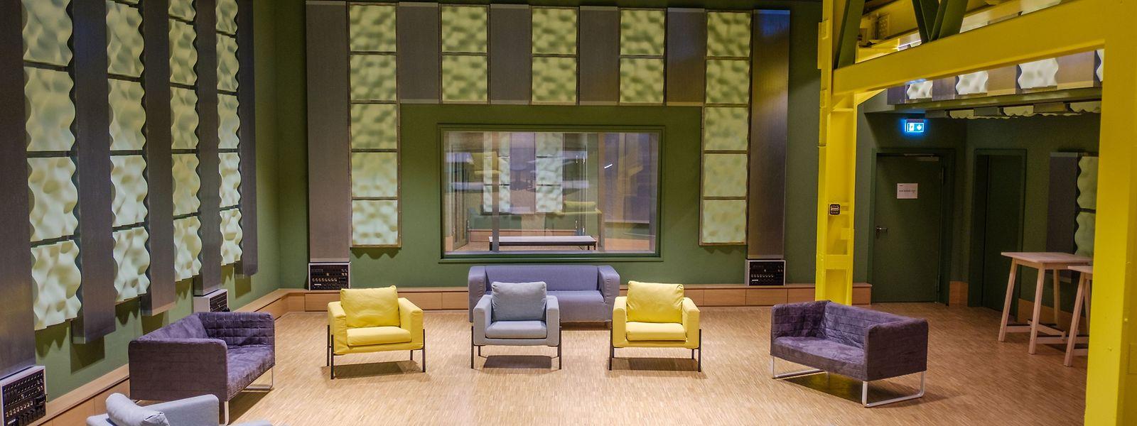 Le grand studio d'enregistrement du rez-de-chaussée est équipé d'une scène, d'un studio son et d'un espace lounge.