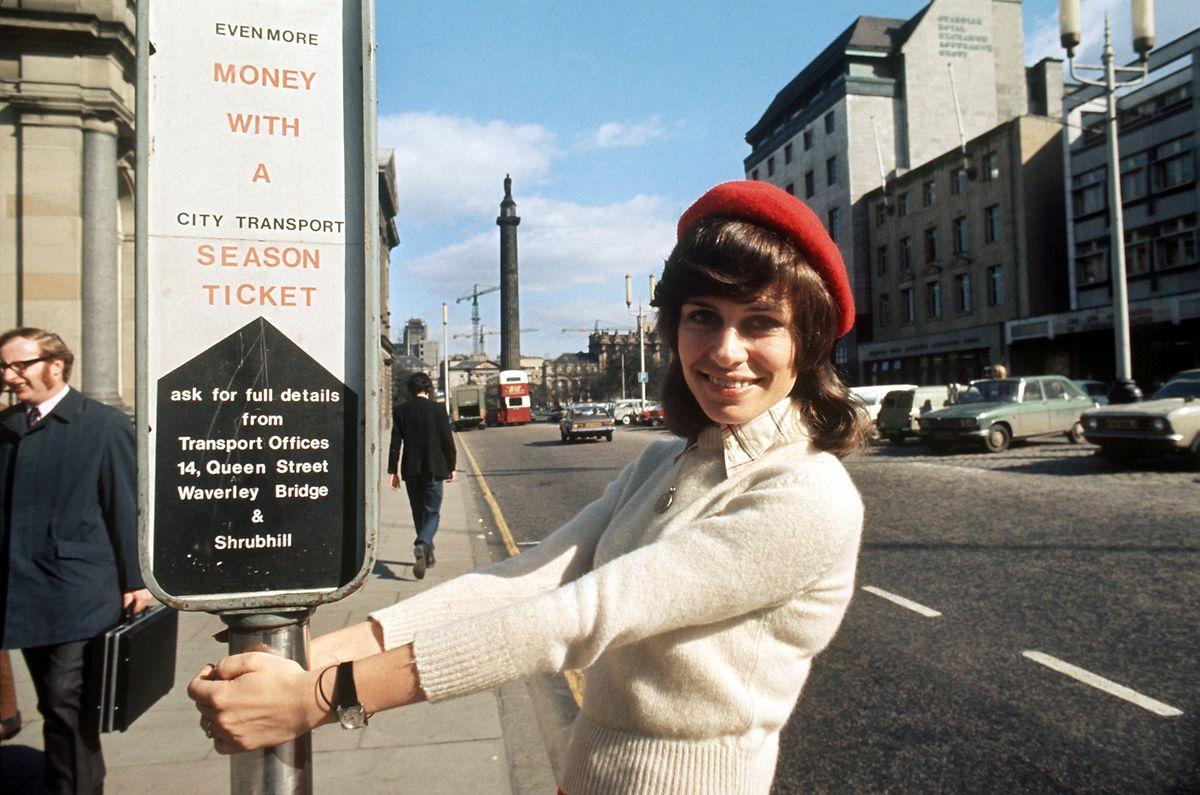 """1973 zu Besuch in Edinburgh: Anlass war die Teilnahme am """"Grand Prix Eurovision de la Chanson"""". Mit dem Lied """"Nur die Liebe lässt uns leben"""" belegte Mary Roos den dritten Platz."""