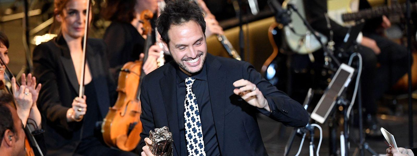 """Filippo Meneghetti nimmt den César für den besten Debütfilm entgegen. """"Deux"""" ist eine Luxemburger Koproduktion, an der die Luxemburger Filmgesellschaft Tarantula mitgearbeitet hat."""