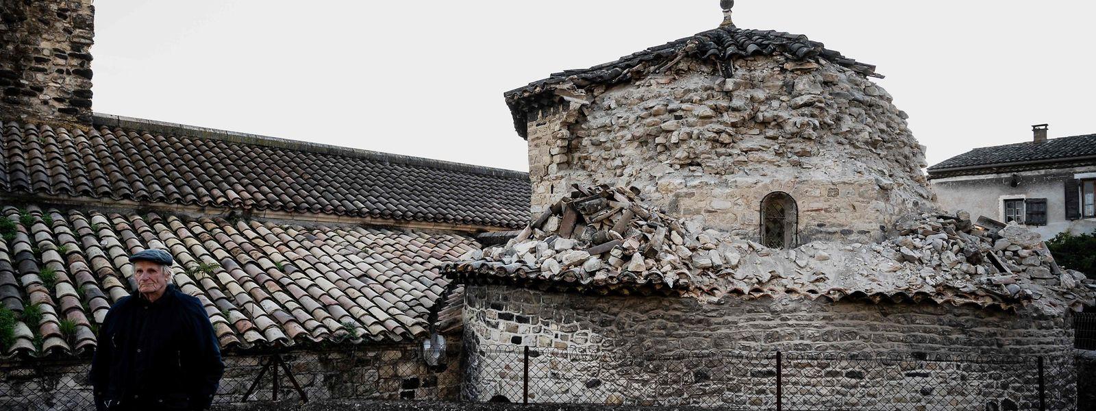 In Le Teil wurde der Turm der Dorfkirche beschädigt.
