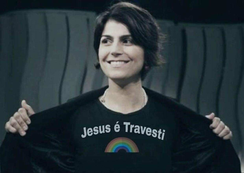 A candidata à vice presidência do PT, Manuela D'Avilla, teria vestido uma t-shirt que diria alegadamente ''Jesus é travesti''. A foto é, no entanto, uma montagem que andou a circular pelas redes sociais.