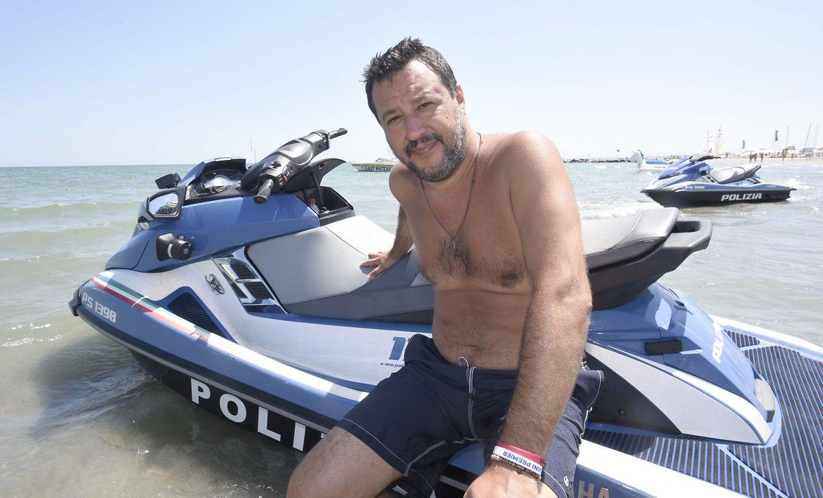 Voller Körpereinsatz im Urlaub: Salvini am Strand von Milano Marittima vor einem Polizei-Jetski.