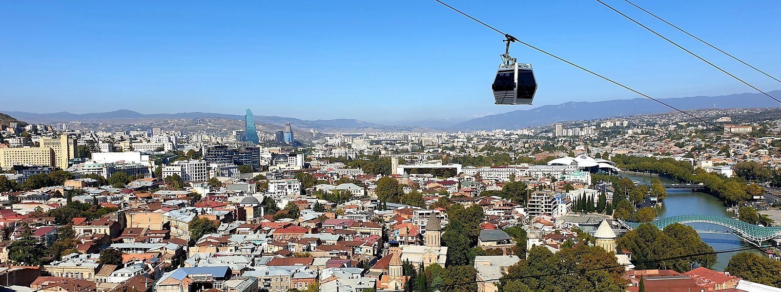 Wer Tiflis entdecken möchte, muss mit der Seilbahn nach oben.