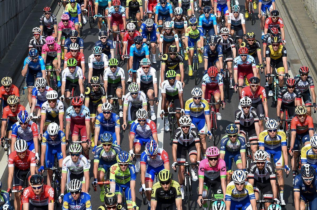 Die Fahrer kurz nach dem Start in Liège.