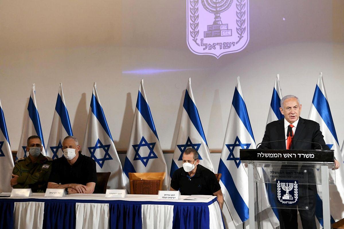 Benjamin Netanjahu (r), Premierminister von Israel, gibt neben Nadav Argaman, dem Leiter der israelischen Sicherheitsbehörde, Verteidigungsminister Benny Gantz und IDF-Stabschef Aviv Kochavi eine Erklärung ab.  Die islamistische Hamas erklärte, 130 Raketen aus dem Gazastreifen nach Tel Aviv und Zentralisrael abgefeuert zu haben.