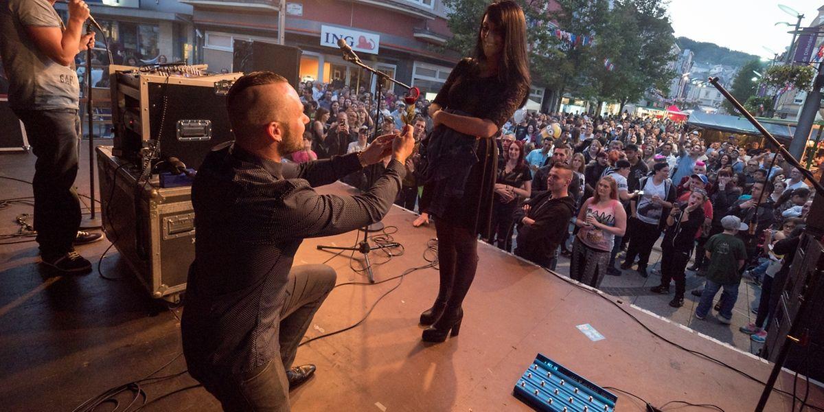 Ergreifender Moment am Rande der offiziellen Feiern: Steve aus Differdingen machte seiner Jessica vor allen Anwesenden einen Heiratsantrag.