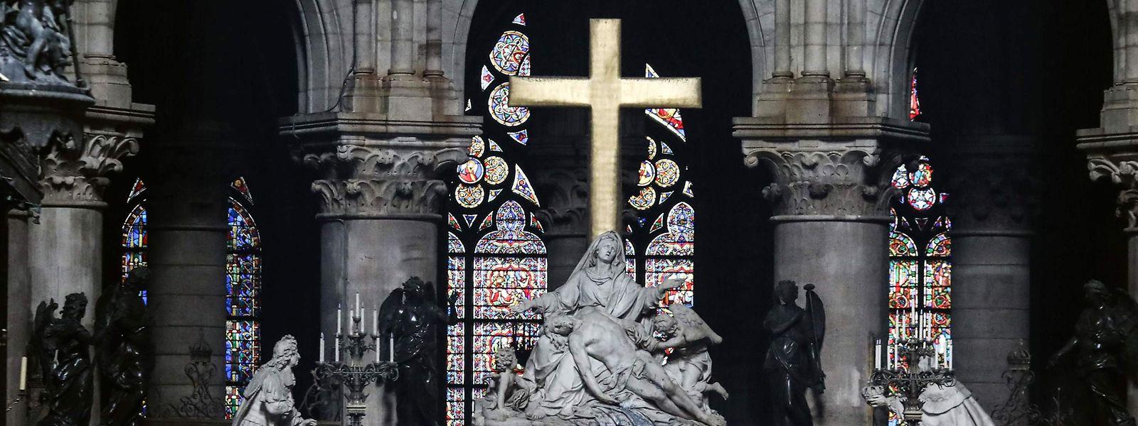 Symbolträchtig: Das goldene Kreuz als Überbleibsel der Katastrophe in Notre-Dame de Paris.