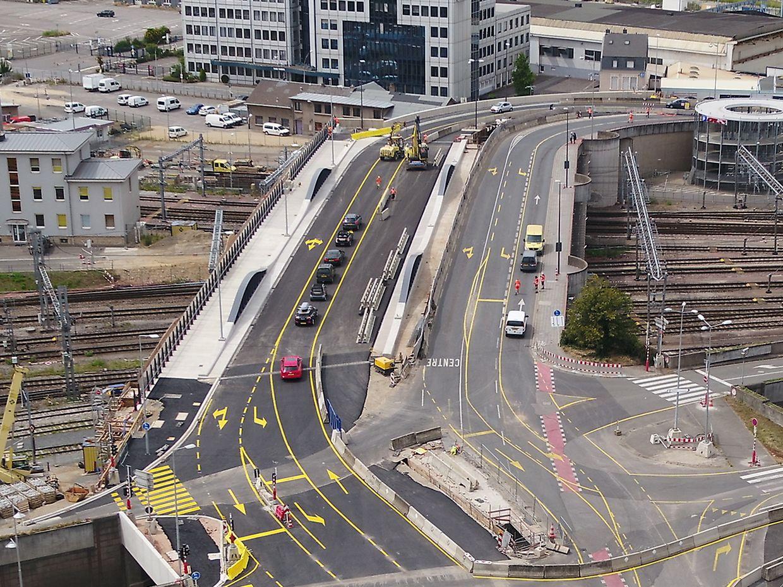 La partie désormais en chantier (à droite) accueillera la future voie du tram Gare-Cloche d'or notamment.